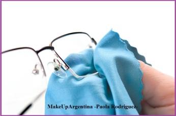 18-12 Si tenés piel con tendencia al acné, limpiá regularmente el marco y patas de tus anteojos con los productos adecuados, así evitarás acumulación y transporte de bacterias