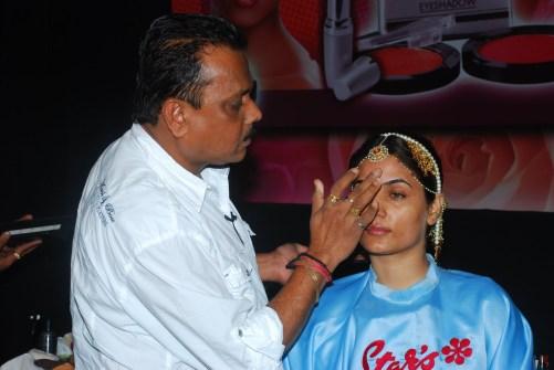 Resultado de imagen para bollywood makeup artist male
